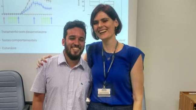 Nilton Barreto dos Santos e sua orientadora, Carolina Munhoz
