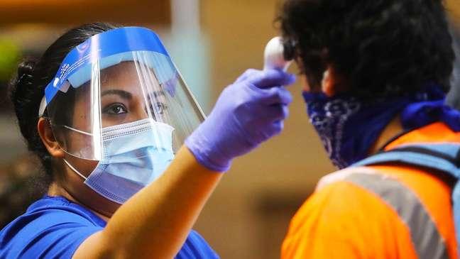 Adotada em diversas partes do mundo, aferição de temperatura têm alcance limitado porque muitos infectados por covid não apresentam sintomas da doença