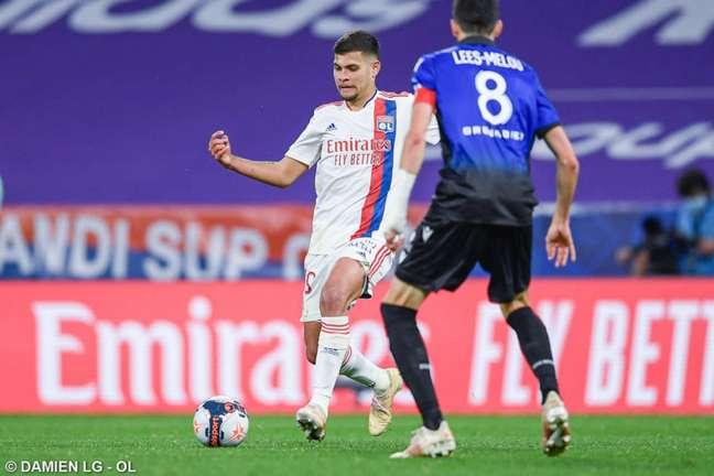 Bruno Guimarães em ação na última rodada do Lyon no Campeonato Francês (Foto: Damien LG / Lyon)