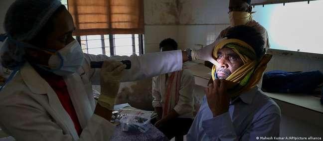 Homem com infecção fúngica é examinado em hospital de Hyderabad