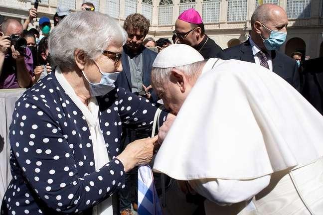 Papa recebe Lidia Maksymowicz, sobrevivente de campo de concentração, e beija braço tatuado dela no Vaticano 26/5/2021 Vatican Media/ via REUTERS