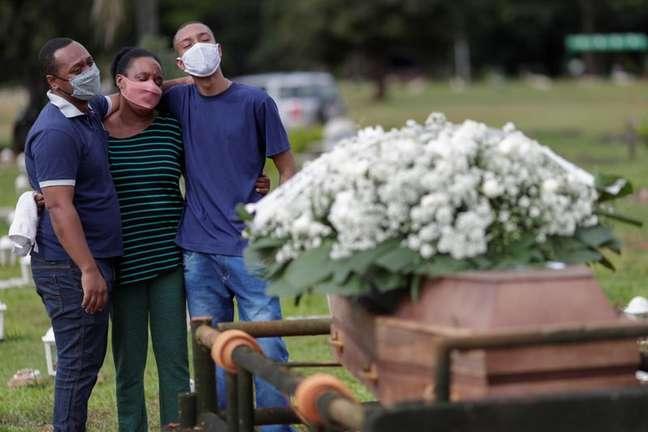 Enterro de vítima da Covid-19 em Brasília (DF)  29/04/2021 REUTERS/Ueslei Marcelino