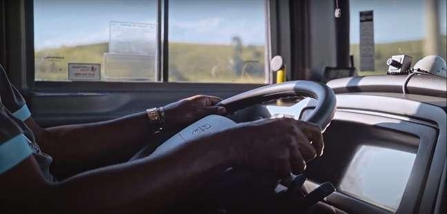 A empresa destaca que em mais de um ano nunca registrou acidentes envolvendo veículos equipados com esse sistema.