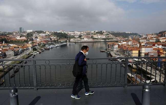 Homem caminha na Ponte Dom Luís I, no Porto, antes da final da Liga dos Campeões 28/05/2021 REUTERS/Pedro Nunes