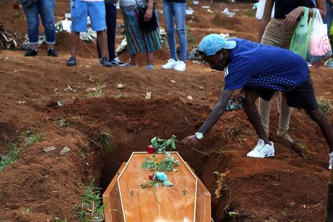 Enterro de vítima da Covid-19 no cemitério da Vila Formosa, em São Paulo REUTERS/Amanda Perobelli