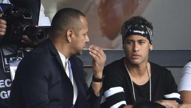 Neymar Pai e Neymar Jr. juntos durante uma partida de futebol na Europa (Foto: AFP)