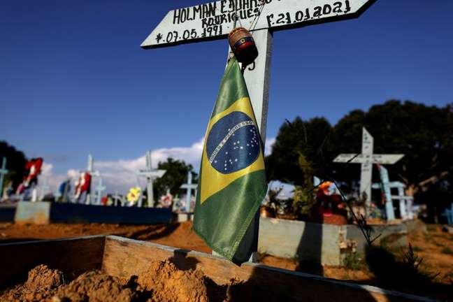 Túmulo de vítima da Covid-19 em cemitério de Manaus (AM)  20/05/2021 REUTERS/Bruno Kelly