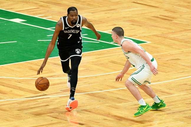 Kevin Durant (e) é um dos pontos de equilíbrio do Brooklyn Nets