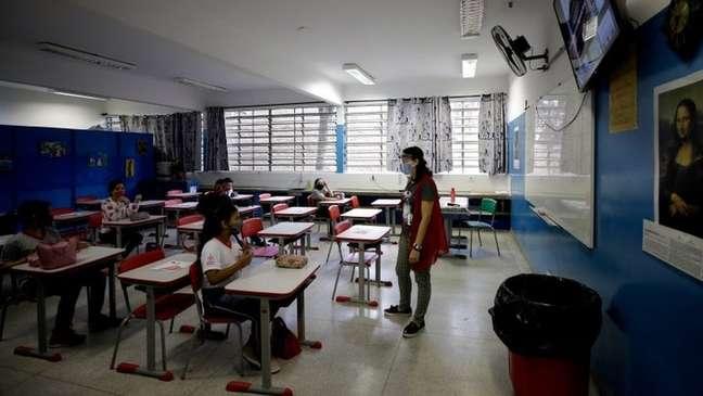Jovens que perderam conteúdo escolar entre 2020 e 2021 podem ter perdas de renda futura que, se somada, pode passar de R$ 700 bi, segundo economista