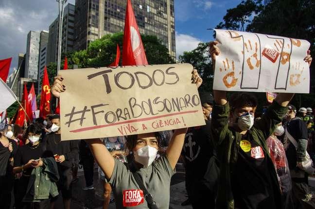 Manifestantes pedem a saída do presidente Jair Bolsonaro