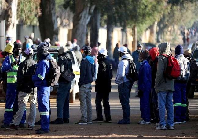 Pessoas buscam empreg 23/06/2020 REUTERS/Siphiwe Sibeko