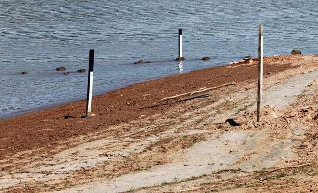 Instrumentos de medição de nível d'água em represa em meio à críse hídrica de 2014  20/02/2014 REUTERS/Paulo Whitaker