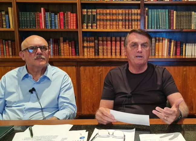 O presidente Jair Bolsonaro e o ministro da Educação, Milton Ribeiro, em live nesta quinta-feira, 3