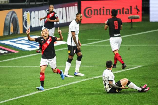 Corinthians perde de novo para o Atlético-GO e se complica