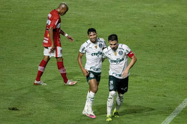 Willian comemora seu gol com Rony