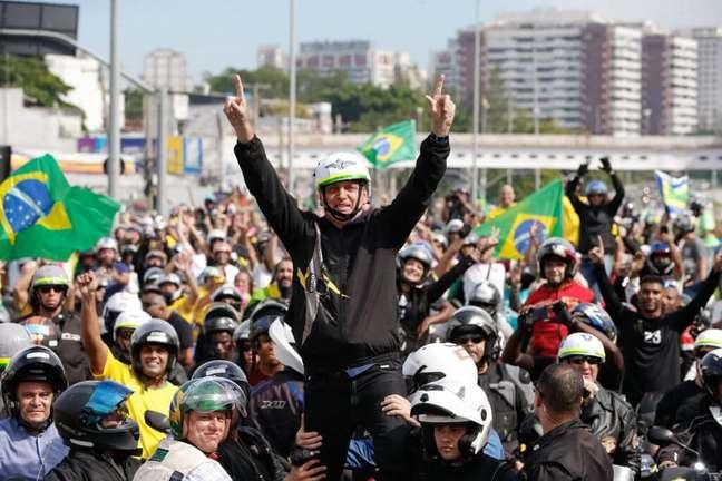 Jair Bolsonaro durante passeio de moto na cidade do Rio