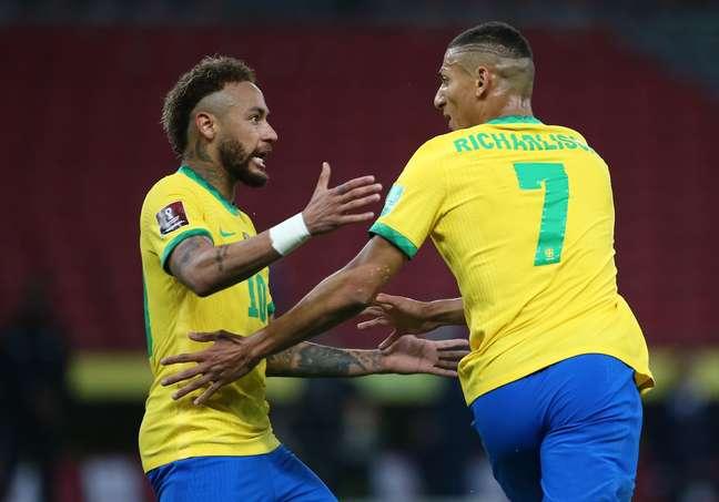 Richarlison ao lado de Neymar durante jogo da seleção brasileira nesta Copa América