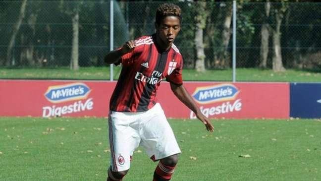 Seid Visin na época que atuava nas categorias de base do Milan (ITA), o jovem nasceu na Etiópia e foi para Itália para seguir carreira futebolística (Reprodução / Twitter)