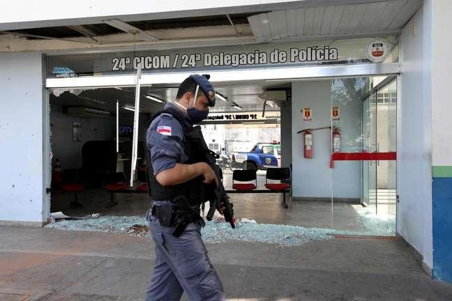Policial ronda local de ataque em Manaus