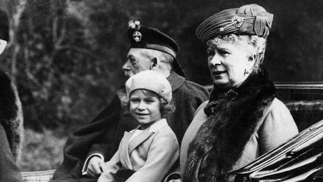 Lilibet era o apelido da rainha Elizabeth quando criança; A imagem mostra a rainha Elizabeth criança ao lado dos avós em 1932