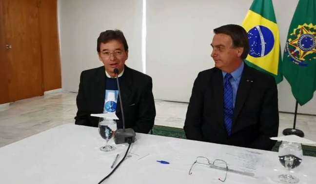 O oftalmologista Antônio Jordão, presidente da Associação Médicos pela Vida, ao lado do presidente Bolsonaro