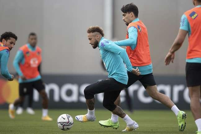 Neymar tenta a jogada em treino da Seleção Brasileira