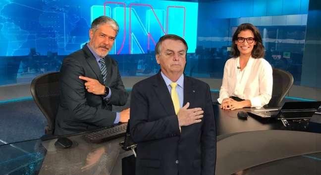 Orgulhoso, Bonner aponta o braço que recebeu a primeira dose da vacina; Renata espera sua vez; oficialmente, presidente Bolsonaro não foi imunizado