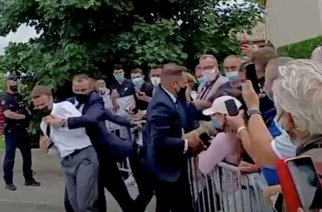 Presidente da França, Emmanuel Macron, é retirada por segurança depois de levar tapa no rosto durante visita em Tain-L'Hermitage 08/06/2021 BFMTV/ReutersTV via REUTERS