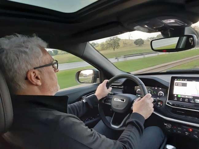 Posição de dirigir excelente, volante superior e multimídia impecável.