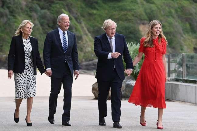 O presidente dos EUA, Joe Biden, e o primeiro-ministro britânico, Boris Johnson, com suas esposas próximo ao hotel em que ocorre a reunião do G7 em Londres, na Inglaterra