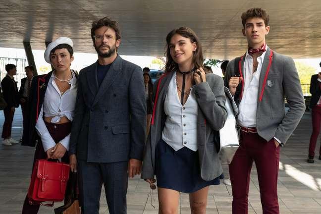 O novo diretor do colégio, Benjamín, com seus filhos Ari, Mencía e Patrick