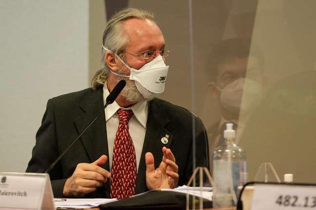 O cientista Claudio Maierovitch depõe na Comissão Parlamentar de Inquérito (CPI) da Covid-19, nesta sexta-feira (11), no Senado Federal em Brasília (DF), para falar sobre políticas públicas eficientes e ineficientes no combate à pandemia. (Wallace Martins/Futura Press)