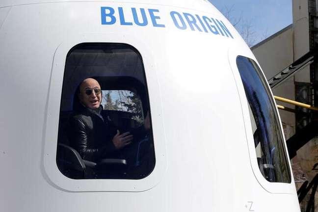 Fundador da Amazon e da Blue Origin, Jeff Bezos, fala à mídia da cápsula de uma nova espacial. 5/4/2017.  REUTERS/Isaiah J. Downing