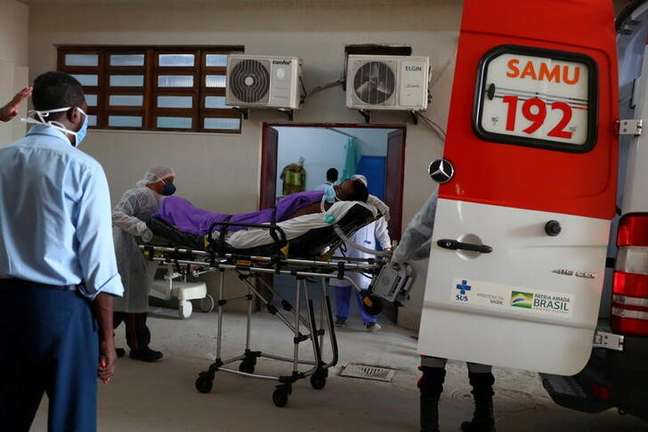 Paciente com suspeita de Covid-19 é colocado numa ambulância por membros da equipe do Samu, no Rio de Janeiro. 20/5/2021. REUTERS/Pilar Olivares