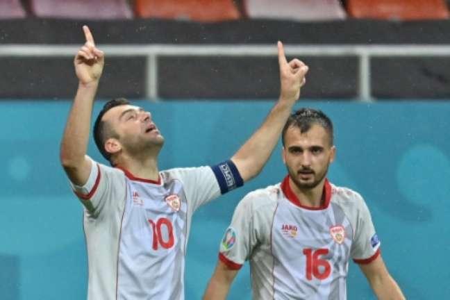 Pandev comemorando o gol de empate da Macedônia do Norte (Foto: DANIEL MIHAILESCU / POOL / AFP)