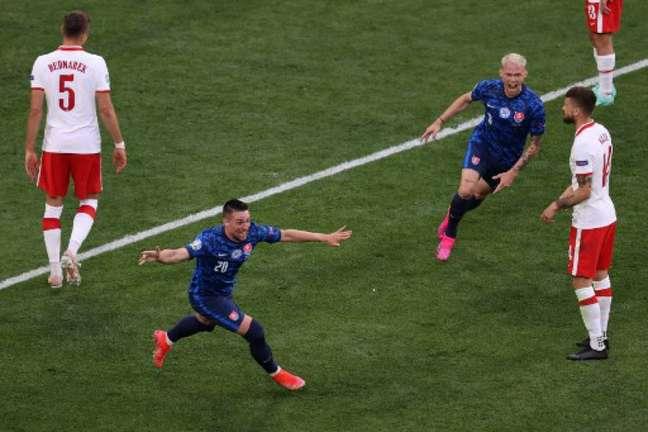 Mak fez a jogada do primeiro gol eslovaco, mas juiz deu gol contra de Szczesny (Foto: ANTON VAGANOV / POOL / AFP)