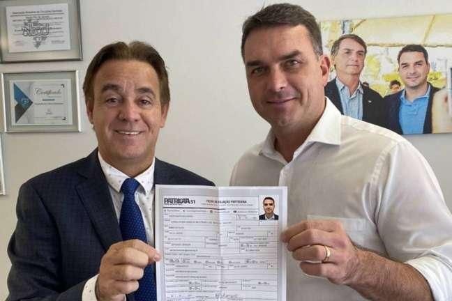 Flávio Bolsonaro mostra sua ficha de filiação ao Patriota; senador entrou para o partido mês passado