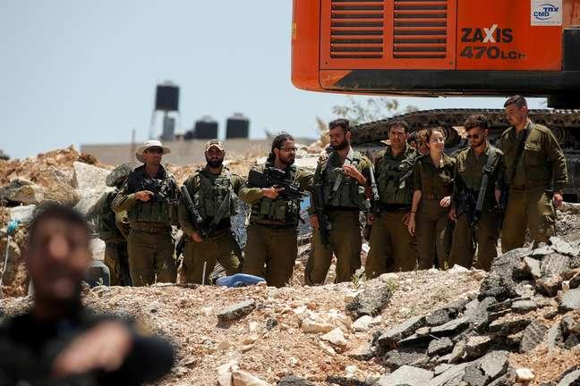 Militares israelenses próximos a fronteira de região palestina