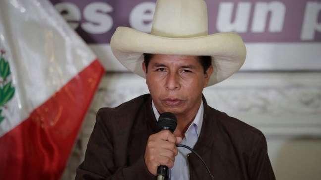 O esquerdista Pedro Castillo obteve 50,125% dos votos, enquanto sua rival, Keiko Fujimori, da direita, obteve 49,875%, segundo a autoridade eleitoral peruana