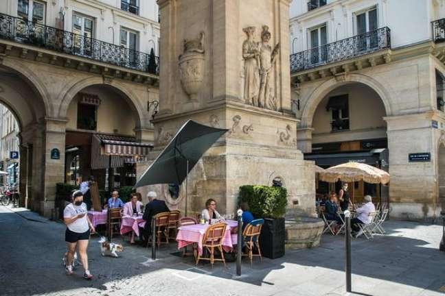 França vai desobrigar o uso de máscaras ao ar livre, salvo locais com grande aglomeração