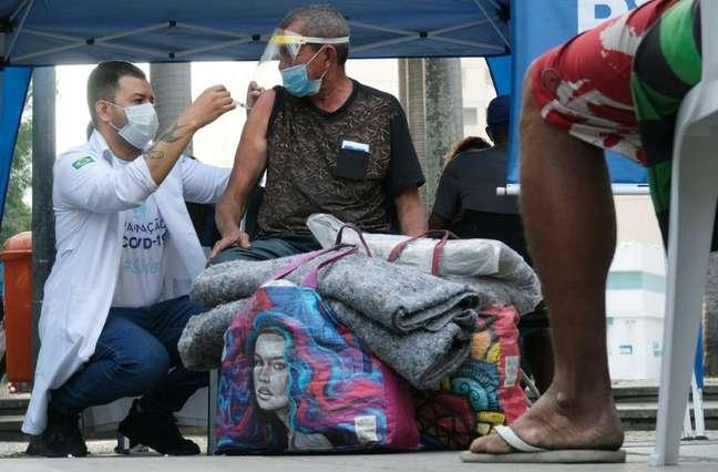 Vacinação de moradores em situação de rua no Rio de  27/1/2021 REUTERS/Ricardo Moraes