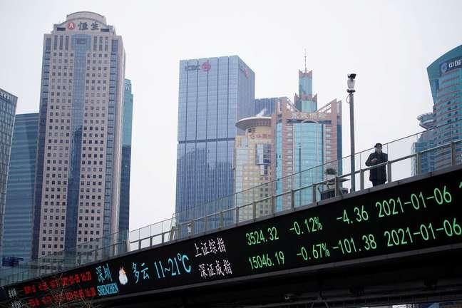Painel eletrônico com índices acionários em Xangai. REUTERS/Aly Song/File Photo