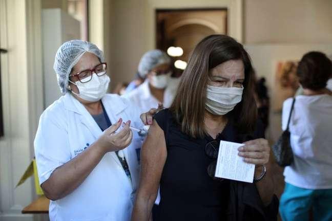 Mulher recebe dose de vacina da AstraZeneca contra Covid-19 no Palácio do Catete no Rio de Janeiro 23/04/2021 REUTERS/Pilar Olivares