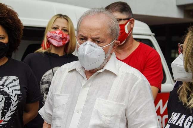 Ex presidente Luiz Inácio Lula da Silva comparece ao, Drive Thru Solidário no Sindicato dos Metalúrgicos do ABC, na manhã deste sábado, (17), na cidade de São Bernardo do Campo, (SP). A ação, com a presença da CUT e arrecada alimentos para combate à fome na região