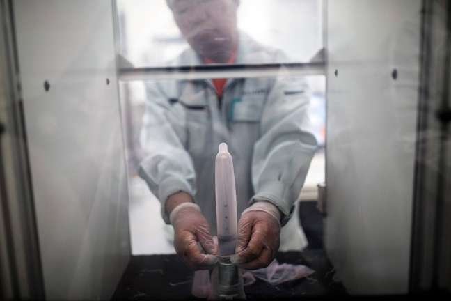 Os pesquisadore estão em busca da 'camisinha perfeita' na esperança de encorajar mais pessoas a usar o preservativo