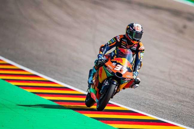 Pedro Acosta segurou o pelotão na volta final e venceu no circuito alemão