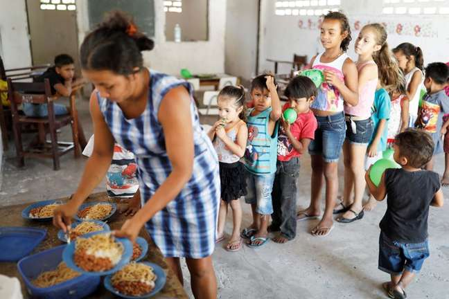 Funcionária da escola São José serve merenda aos alunos no município de Belágua, Maranhão 11/10/2018 REUTERS/Nacho Doce