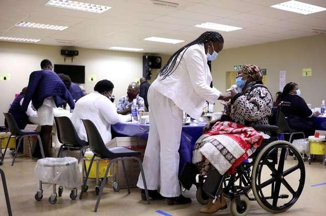 Mulher recebe dose de vacina contra a Covid-19 em Johanesburgo 17/05/2021 REUTERS/Siphiwe Sibeko