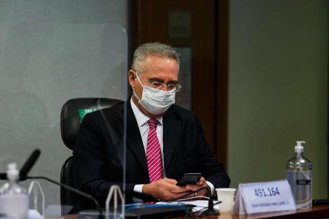 O Senador Renan Calheiros acompanha o depoimento de Wilson Witzel, na Covid-19 no Senado Federal em Brasília (DF), nesta quarta-feira (16), que responde sobre suspeitas de desvio de recursos destinados ao combate à pandemia