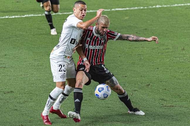 Liziero foi alvo da torcida do São Paulo após falha no clássico contra o Santos